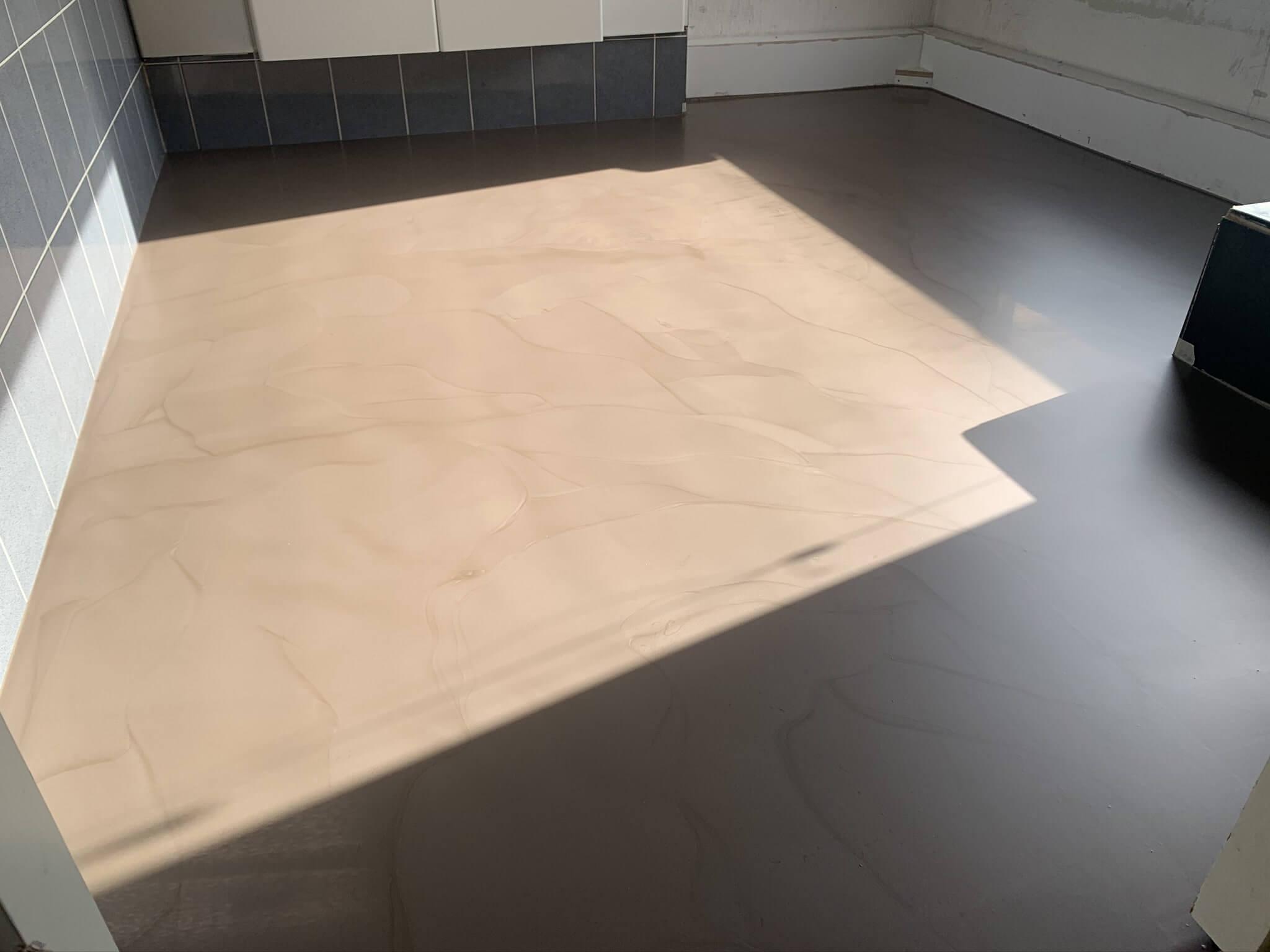 Vloerrenovatie badkamer woning in Prinsenbeek